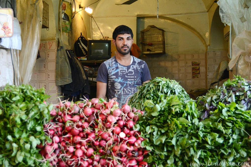 Verduraio al mercato di Shushtar in Khuzestan